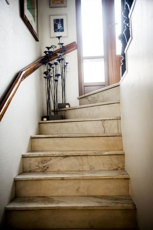 Trappen är pampig med sitt marmorgolv. Längst upp står skulpturer som Mattias Rustan har gjort.