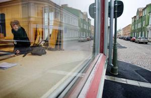 Dekorsnickaren Emil Eriksson bygger flera olika filmmiljöer i Rahms gamla lokaler på Storgatan.  Foto: Ulrika Andersson