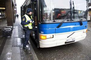 Utan anmärkning. Polisassistent Fredrik Svensson kontrollerar en av VL:s stadsbussar. Den kontrollen gick utan problem. FOTO: MAGNUS ÖSTIN