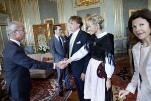 Kungen hälsar på Lena Jansson och kommer strax efter i långt samspråk med Tony Warren.Tony Warren berättar om tavlan för kronprinsessan Victoria. Daniel Westling och lakejerna Leif Söderström och Bo Levin lyssnar också.