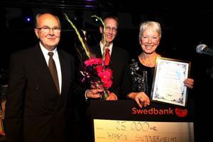 Kerstin Sunnerheim fick pris ur Sigrid Strands fond för kvinnliga företagare. – Jag är väldigt överraskad, säger Kerstin som jobbar på Mittuniversitetet. Arne Ring och Anders Karlsson, styrelseledamot i stiftelsen är glada över att kunna ge priset till Kerstin.