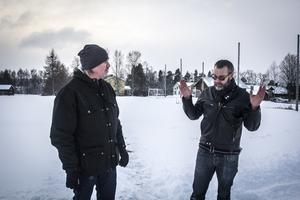 Florian Stamm (MP) och Stefan Edfeldt framför den planerade attefallsbyn.
