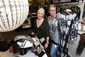 Åsa Björklund på Boutique Diva och Jennifer Österman, från Norrtälje handelsstad,  laddar inför modeshowen Norrtälje goes fashion.