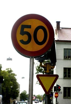 Knappt man ser trafikljuset för 50-skylten. BILD: ANDERS ERKMAN