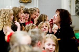 Kulturskolans nystartade barnkör värmer upp inför kvällens premiär i kyrkan.