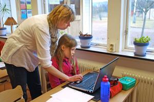 Ellen Alfredsson får hjälp att komma i gång med sitt arbete.