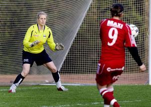 Victoria Hallberg ger sig inte, hon spelar fortfarande och här fick hon hoppa in som målvakt när Huge spelade mot Kvarnsveden 2009.