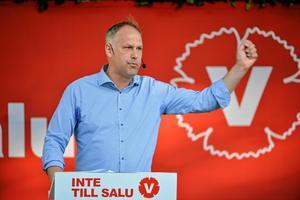 Jonas Sjöstedt, V:Han satsar på en trygg framtoning för att komma bort från kommuniststämpeln. Han är ibland arg, men på ett vänligt sätt.