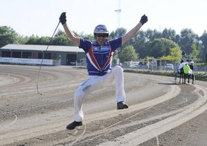 Erik Lindegren bjöd på ett segerhopp efteråt.