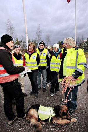 Mats Huldt, gruppchef för Missing People i Gävleborg, ger direktiv hur skallgången ska göras. Anna Levin med hunden Zäpo säger att hon hittar som i sin egen ficka i området där sökningen ska göras.