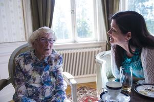 Gunilla Mjärdsjö och Ingrid pratar om gamla tider.
