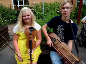 Isabell och Petrus spelade för ett 20-tal personer på äldreboendet.