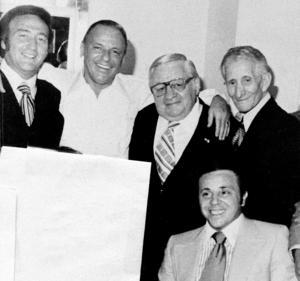Maffiakopplingar. Gregory DePalma, till vänster, ledare för maffiafamiljen Gambino, backstage på  Westchester Premier Theater i New York, tillsammans med Frank Sinatra 1976. Övriga på bilden är Thomas Marson, Carlo Gambino och Richard Fusco.,