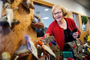 Elisabet Nilsson sålde sommartomtar som hon gör av växtfärgat garn och svampen klibbticka.