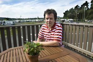 Gert Askefjord arrenderar sedan förra året campingen av kommunen. Men nu är han starkt kritisk mot kommunens egen alkoholhandläggare.