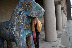 Johanna Jönsson bredvid den trähäst som utgör blickfång vid stadshuset