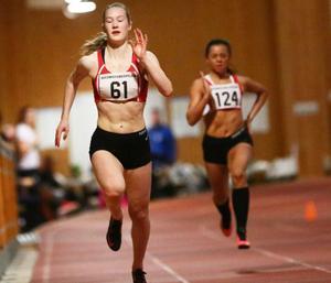 Stina Westin, Östersunds GIF, leder 200-metersloppet, men får ge sig på upploppet för norska Kaja Skarland, Overhalla.