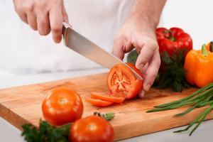 En riktigt vass kniv ger en bättre snittyta på grönsakerna så att de behåller sin saftighet. Foto: Shutterstock