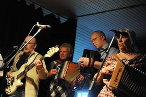 Erik Löfstrand, Ove Strömberg, Tomas Wernh och Ann-Loise Löwenstein i gruppen Ymse-Ene, spelade folkmusik och visor i Katrinebergs bygdegård.