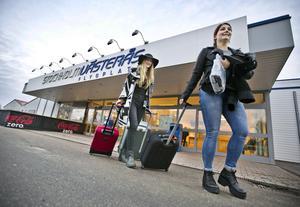 Anna Ehn och Emmie Holmström, båda 18 år, är tillbaka i Sverige igen efter att ha shoppat loss i London i tre dagar. De väntar på Annas pappa för att få skjuts hem till Eskilstuna igen.
