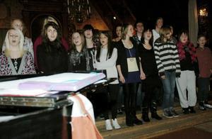 Kyrkbacksskolans kör för årskurs 6-9 gjorde sitt allra första under måndagens julkonsert.