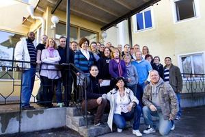 Välkomna säger personalen, med Marie Nilsson-Johansson och Niclas Löfgren i spetsen, på trappan till Torsåkers bygdegård.