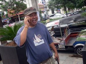 Land of Smiles – visst är det så. Det är inte bara påklistrade leenden på turistorterna för att få bra dricks. Thailändare är oftast ett leende och vänligt folk, som den här killen som parkerat sin Tuk-Tuk på Sukhumwit Rd i centrala Bangkok. Som många andra i den här branschen kommer han från arbetslöshet i den nordöstra delen av landet – i Bangkok och på turistorterna finns jobben.