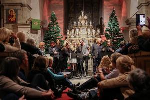 Alla på scenen. Artisterna sjöng slutnumret tillsammans. Agenta Wistrand Rosendal, Olle Unenge, Sisters in Arms, Mathilda Wahlstedt, Mohlavyr, David Södergren, Martin Almgren och Drottningen.  Kyrkan var fullsatt.