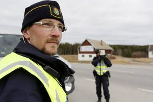 Joakim Ringqvist har jobbat med trafikpolisen i 10 år och upplever att trafikstressen runt storhelgerna ökar.