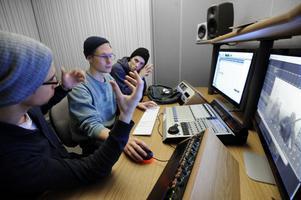 Ludwig Jutterström, Jacob Rinman och Alexander Olsson spelar upp och kollar igenom film- och ljudsekvenser i studion.