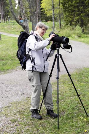 Ann-Marie Hedenskog plockar fram en tubkikare för att komma fåglarna närmare.