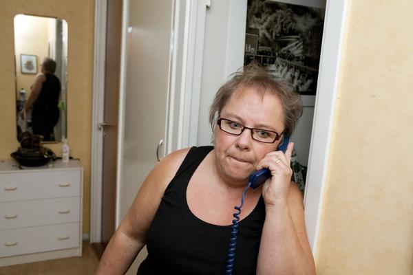 """Ingen svarar i växeln. Anette Wennerström har stora problem att komma fram till polisen. """"Jag får inte ens ett meddelande att de har många samtal eller var jag står i telefonkön. Hur ska man som medborgare komma i kontakt med polisen? Det börjar kännas frustrerande,"""" säger Anette.Foto: Anders Forngren"""