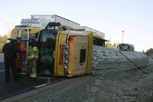 En lastbil lastad med takstolar tippade på E4, vid nya vägbygget mellan avfarterna till Hudiksvall.