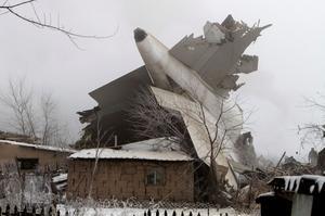Här är vrakdelar från flygplanet som kraschade mitt i en by.