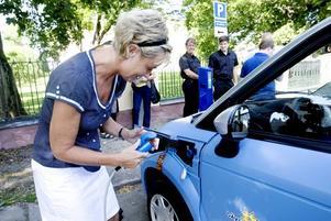 """KÖR ELBIL. Ann-Charlotte Ström ingår i en testpanel om fyra familjer som ska köra elbil i ett års tid. """"Det är perfekt med en laddstolpe här. Då kan min man få ta bilen till jobbet ibland också, han jobbar i stan."""""""