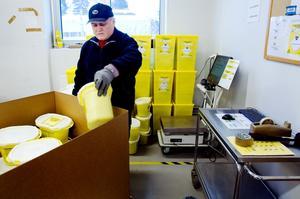 Allt smittförande kliniskt avfall packas i gula dunkar och vägs noga av Wilfredo Salinas. Det gör man för att kunna hålla reda på att inget försvinner på vägen men också för att varje avdelning får betala för det avfall de producerar.
