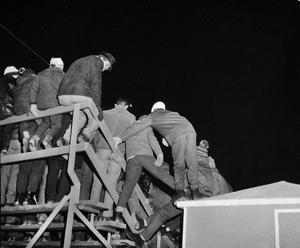Kallt och  trångt. Ståplatsläktarna på gamla Isstadion var långt ifrån dagens stolar i en uppvärmd arena.  Men då var det lyx.