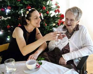 Anette Vestin, undersköterska och Gurli Hammarberg, som bor på Solrosen.