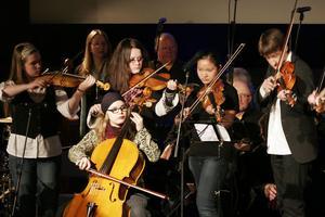 Musikläraren Thomas von Wachenfeldt framförde folkmusiklåtar tillsammans med sina musikelever.
