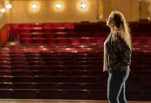 Västmanlands Teater är Cicilia Sedvalls arbetsgivare och scenen hennes arbetsplats.