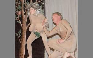 Scen ur sketchen Eva och Adam i Lustgården från Horndalsrevyn.FOTO:KERSTIN ERIKSSON