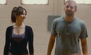 """Bradley Cooper och nykorade Oscarvinnaren Jennifer Lawrence i """"Du gör mig galen""""."""