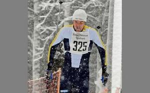 SNÖYRA. Dala-Järnas Pär Jonsson trivdes bra i snöyran i Matsboloppet och vann seniorklassen med 40 sekunder före Kalle Gräfnings, Falun-Borlänge.Foto: SVEN-ERIK KARLSSON