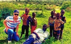 Anton Siljeström med barnen i byn Moyale samt vägvisaren Ketema. Idag åker Anton runt och föreläser om resan och samlar in nya pengar till ett nytt borrprojekt.   Foto: Privat