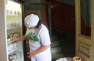 Lena Liljemark lassar in tjockmjölk och fil i kylen.