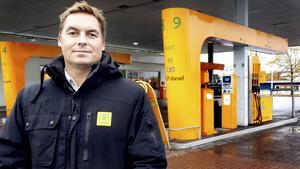 – Nu är problemet borta. Jag kan utöka arbetstimmarna för de anställda och vågar satsa på exempelvis mat i butiken. Jag försöker förklara för kunderna varför jag infört det här och de flesta förstår det, säger Magnus Blomgren.