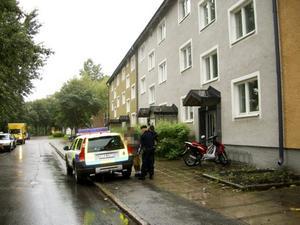 GREPS IGEN. För andra gången är nu den 59-årige Gävlebon misstänkt för mordbrand. Här visiteras han av polisen innan han transporteras till polishuset.  Mannen var tidigare misstänk för K-rautabranden 13 augusti 2006, men friades i hovrätten.