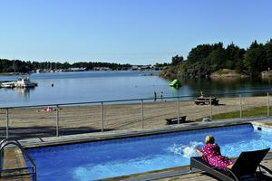 Stranden i Käringsund är inbjudande och barnvänlig.