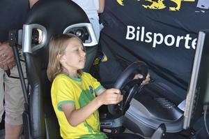 Oskar Nordlander provade körsimulatorn i SBF:s tält.