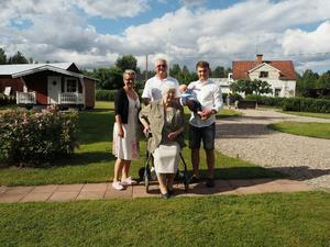 Dop för Gustav den 17 juni 2017 i Säterbo kyrka – och naturligtvis måste de fem generationerna samlas på bild. Maja ( upphovskvinnan) Hennes son Leif, hans dotter Maria och hennes son Jimmy och så hans lilla Gustav.